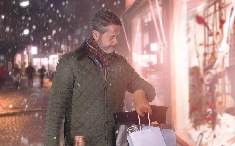 En man tar en shoppingtur
