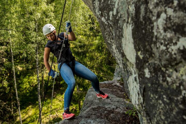 Flicka bergsklättrar i Granvik.