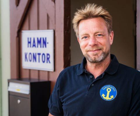 Joakim på gästhamnskontoret i Hjo hamn tar emot våra båtgäster.