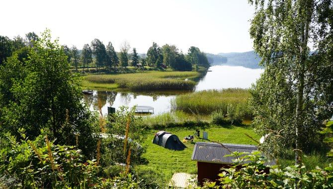 Utsikt över camping och sjö Råvarpen