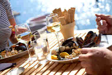 Couple eating mussel dinner by the sea - Photo Jonas Ingman - M2B AB (1).jpg