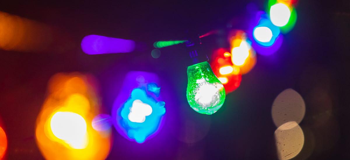 Kulörta lyktor under ljusvandringen i Tibro
