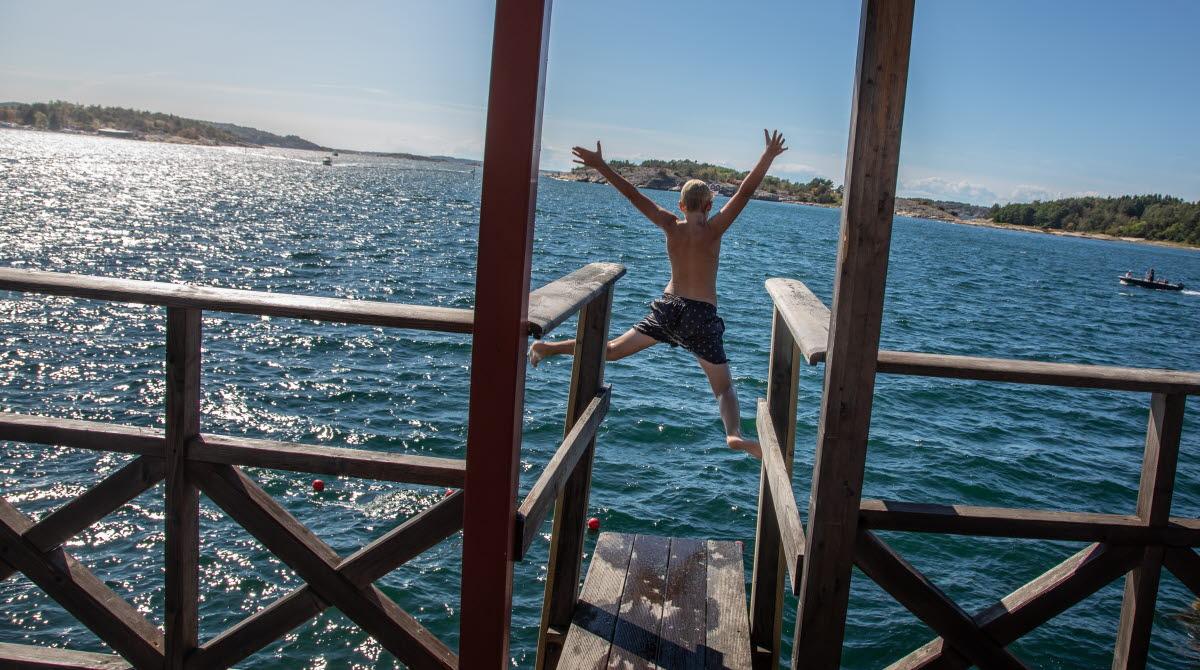 Pojke hoppar från kallbadhuset