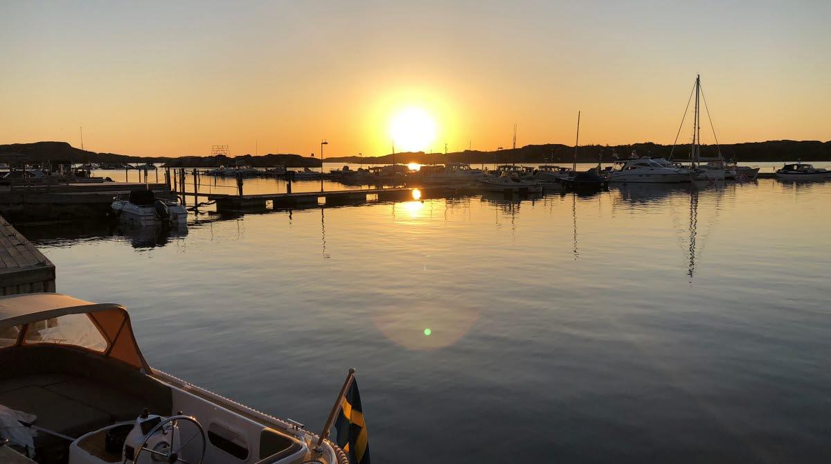 Solnedgång över gästhamnen i Bovallstrand