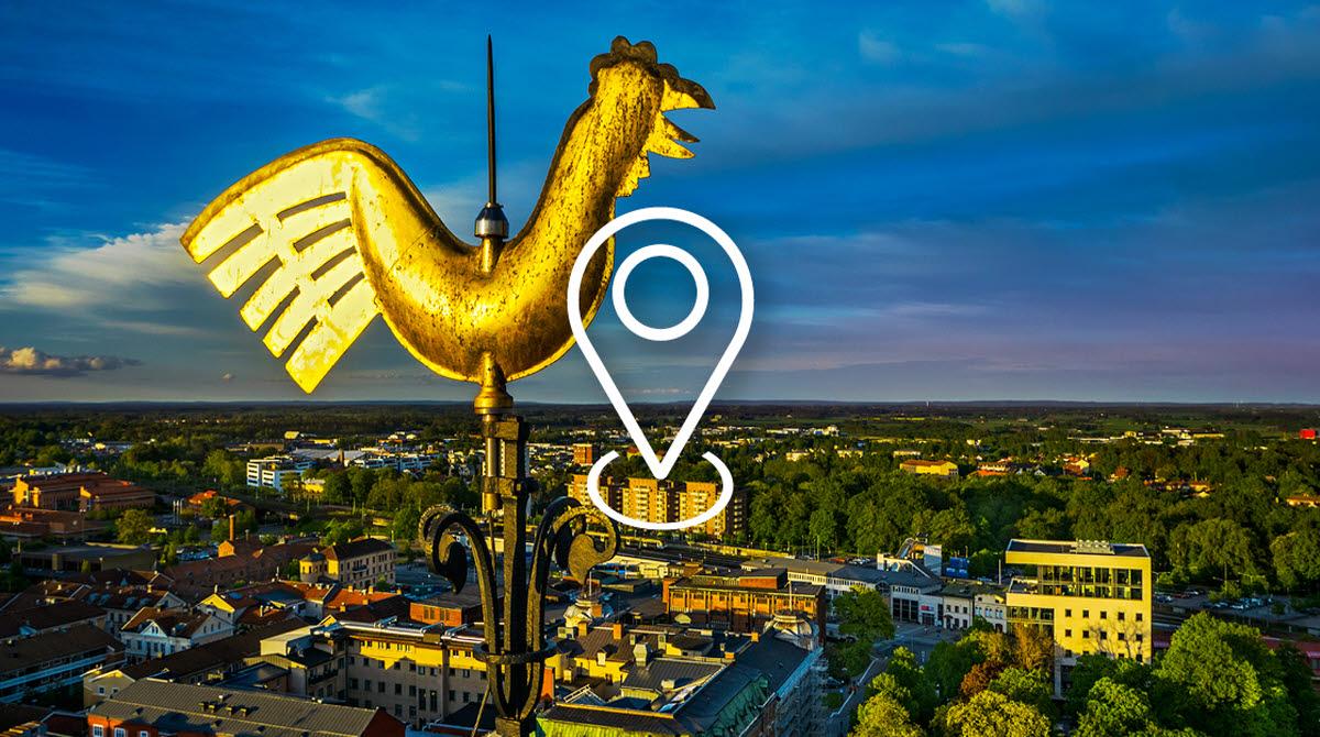 Utsikt över de centrala delarna av Skövde. I Förgrunden syns en guldfärgad tupp från högst upp i Kyrktornet.