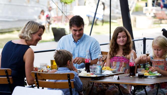Barnfamilj äter mat