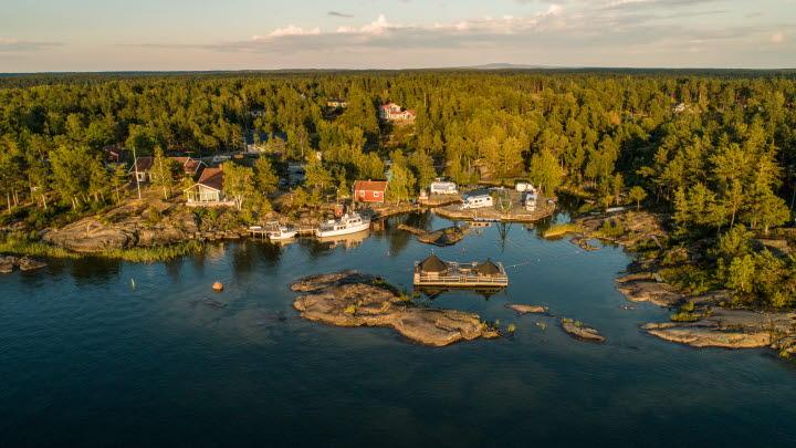 Vacker panoramabild från ovan över Naven Outdoor Experience.