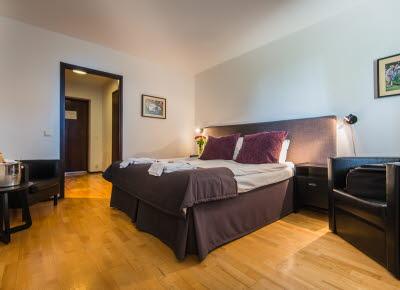 Hotell Bellevues hotellrum med dubbelsäng.