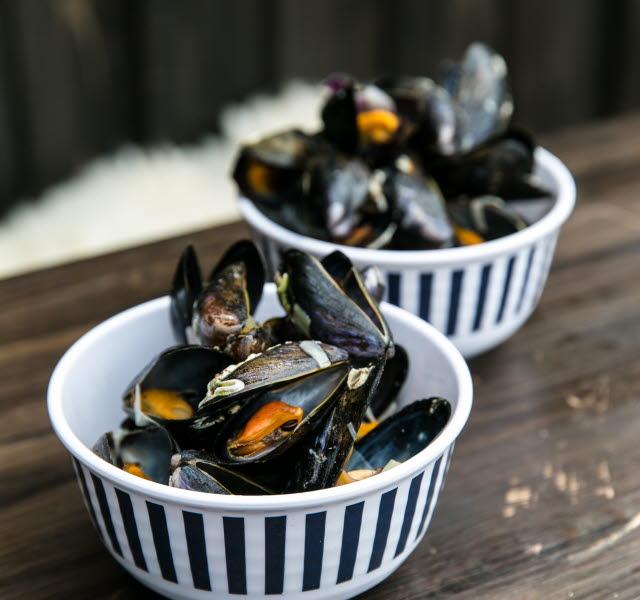 Tillagade musslor i skålar