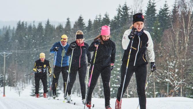 5 personer åker efter varandra i längdspåret på Lassalyckan i Ulricehamn.