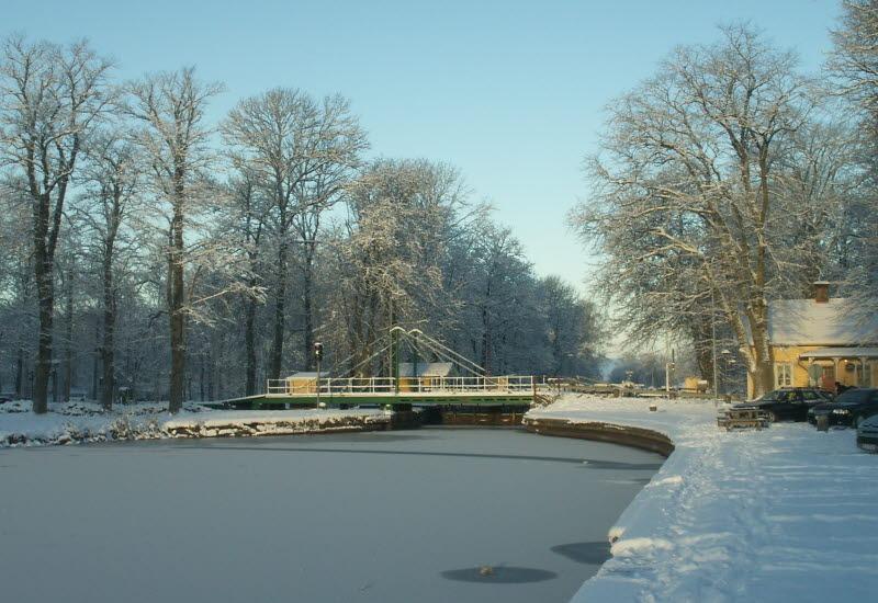 Rullbro över islagd Göta kanal i vintrigt Hajstorp, Töreboda kommun.
