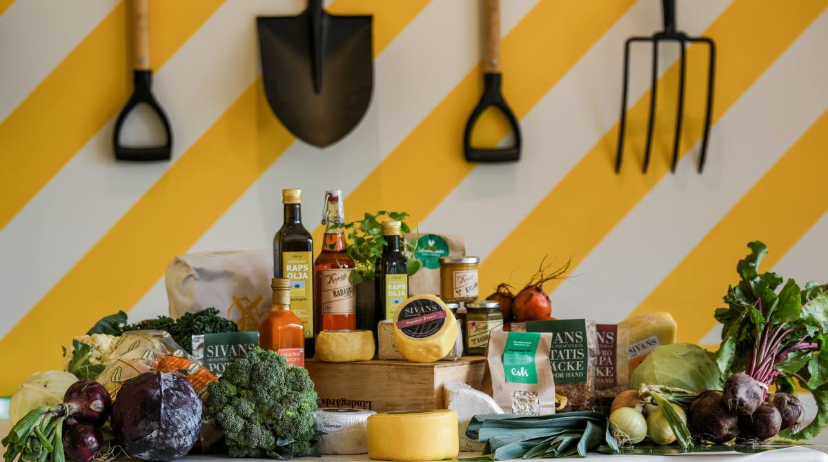 Ett stort uppdukat bord fullt av lokala produkter och råvaror från Varaslättens Skafferi.