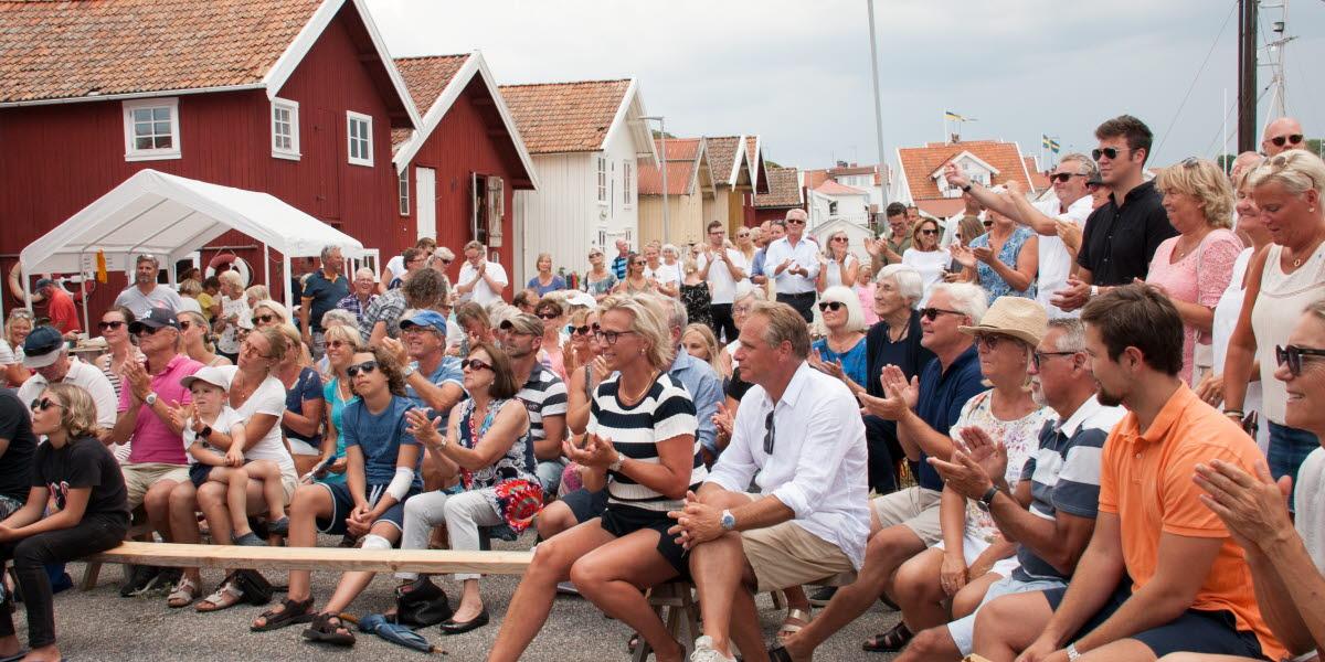 Publik på Västra kajen i Grundsund under Kanalfesten 2018.