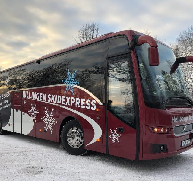Stor passagerarbuss i vinterlandskap