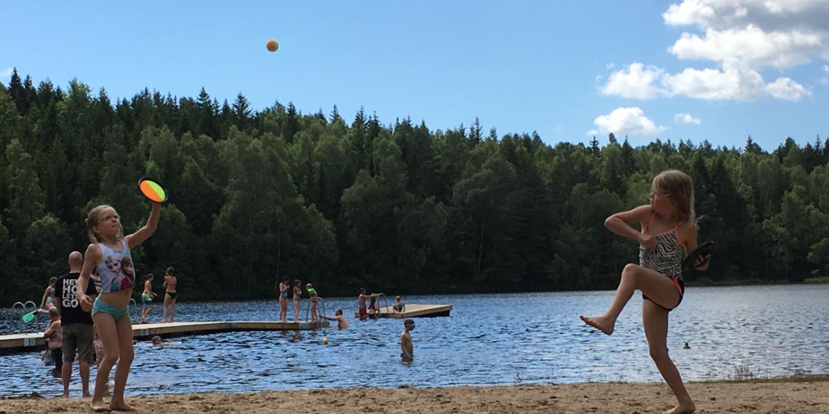 Aktiva barn leker vid Brännabbenbadet i Lerums kommun, Sverige.