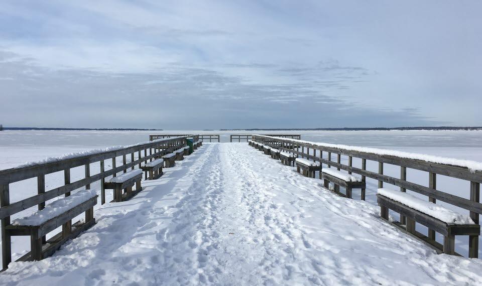 Snötäck brygga vid Ekudden i Mariestad.
