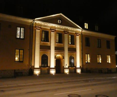 Exteriör, Tingshuset i Mariestad, upplyst i kvällsmörker.