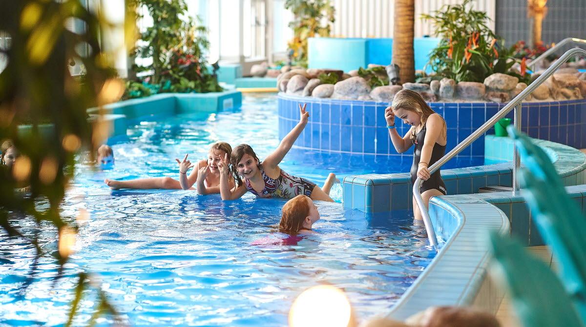 En simbassäng medlekande barn