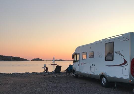 Husbil i solnedgång