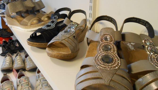 Flera skor på en butikshylla.