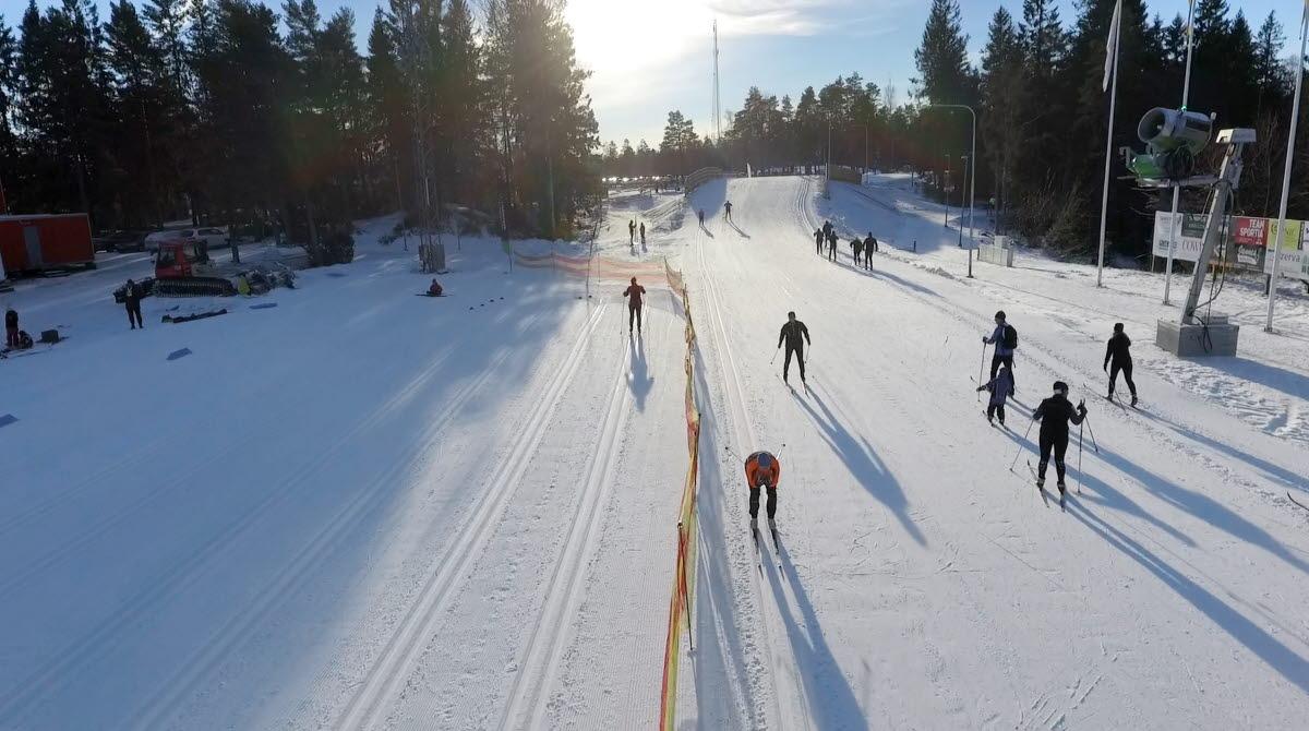En solig dag på stadion på Billingen, längdskidåkare