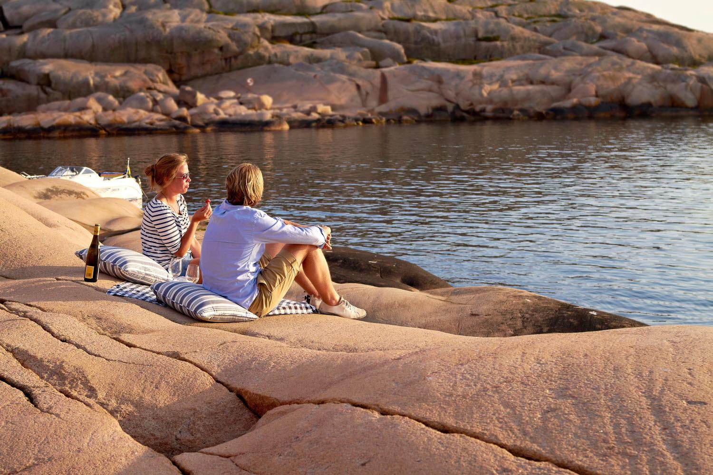 Couple having a picnic on the cliffs - Photo cred Jonas Ingman