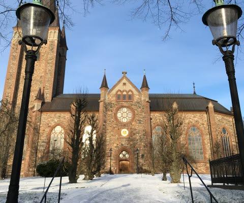 Snötäckt gång framför Mariestads domkyrka.