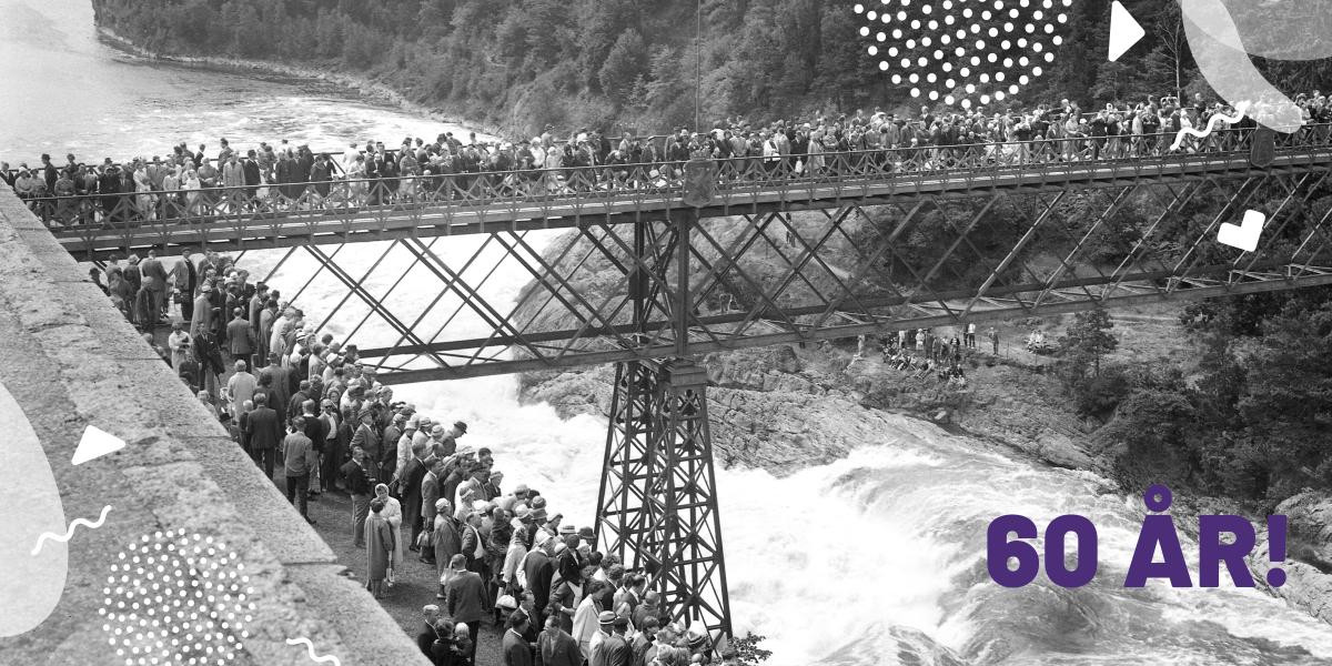 Svartvit bild på den gamla Oscarsbron fylld av människor som ser ett fallpåsläpp