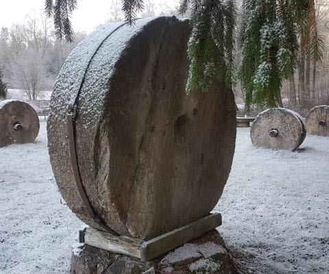 Vinter på kvarnstenstorget på Lugnåsberget.