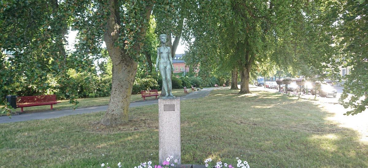 Skulpturen Lena som står i kyrkparken i Tidaholm.