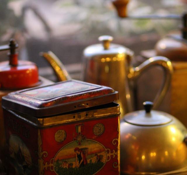 Antikviteter, burkar och gamla kannor och en kaffekvarn.
