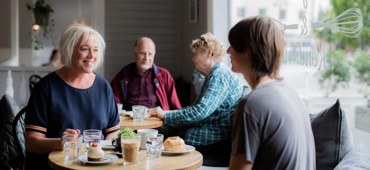 Människor som dricker kaffe på ett cafè i Tidaholms centrum.