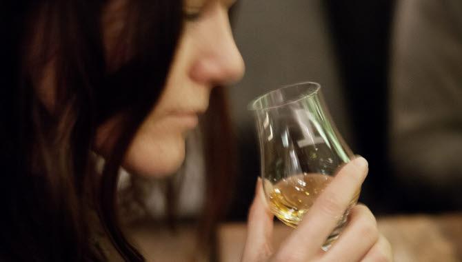 Kvinna smakar vin.