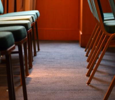 Uppradade gröna stolar i en föreläsningssal