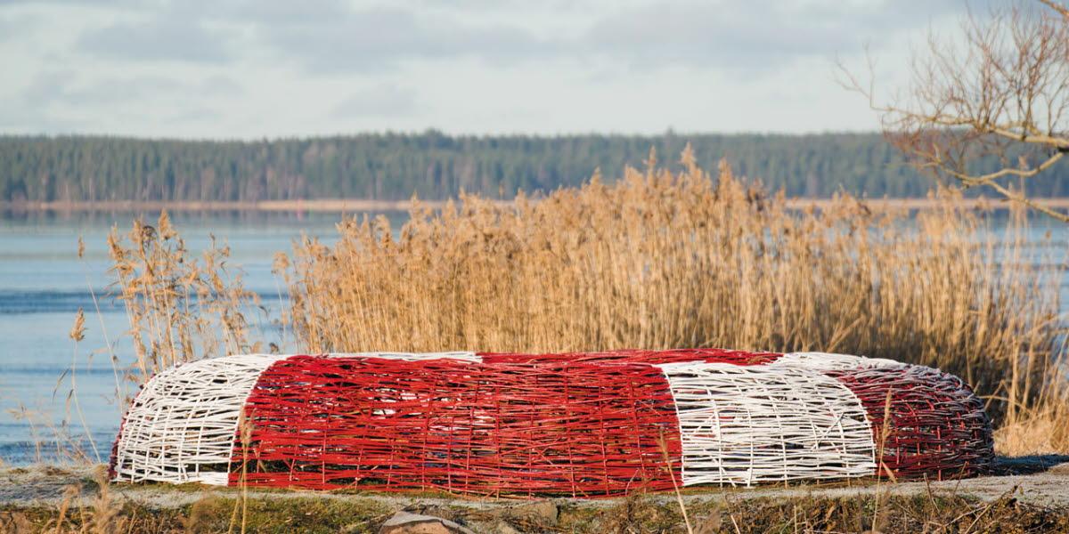 """Konstinstallation """"Save the nature"""" (Livbojen) på hamnpiren i Mariestad. Vänern i bakgrunden."""