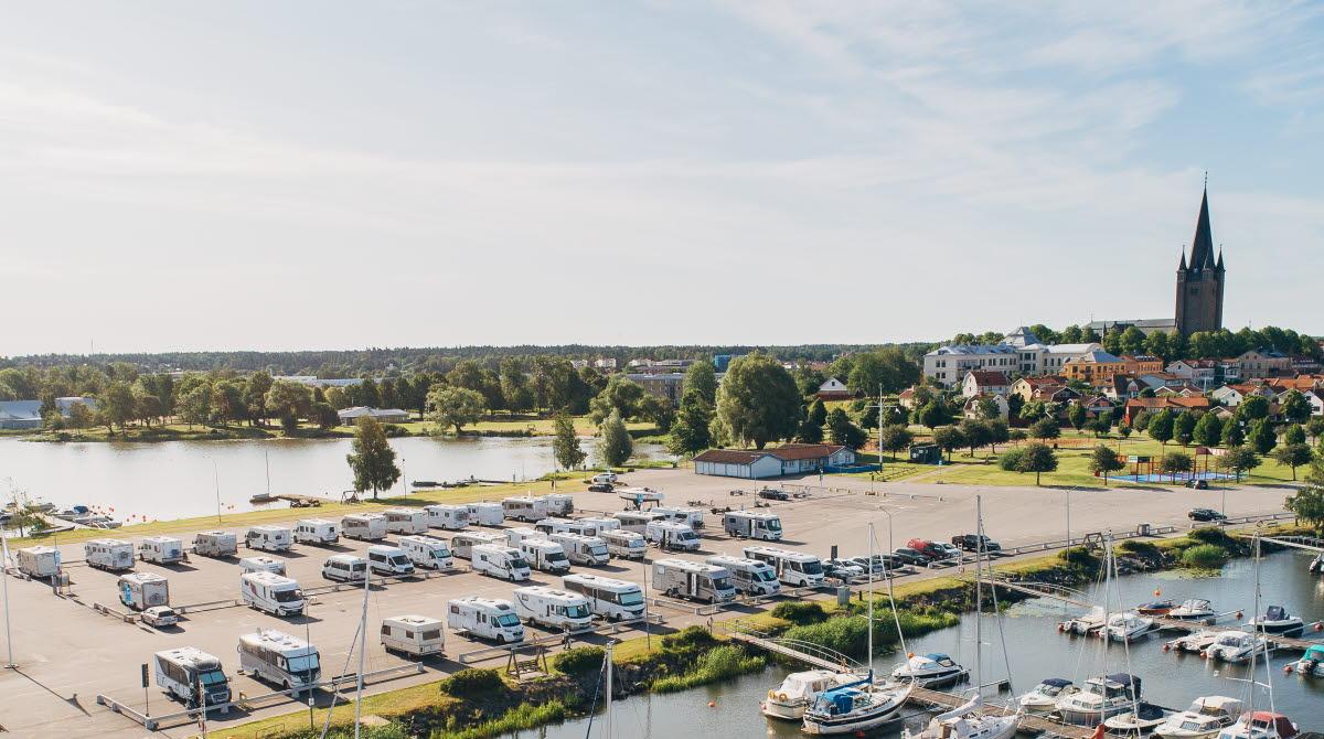 Flygbild över ställplats och småbåtsbryggor i Mariestad.