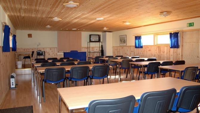 Ett konferensrum med stolar och bord  uppställda i Falkängens konferens.