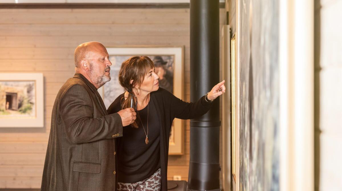 Man och kvinna som tittar på konst.