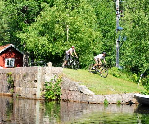 Två cyklister vid Dalslands Kanal