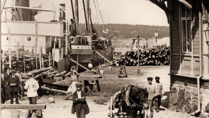 Gammal bild från fisktorget, Vänersborg. Pojkar i keps, häst och vagn, skutor