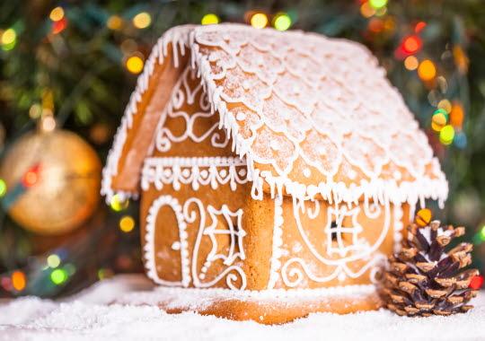 Pepparkakshus med vit kristyr.