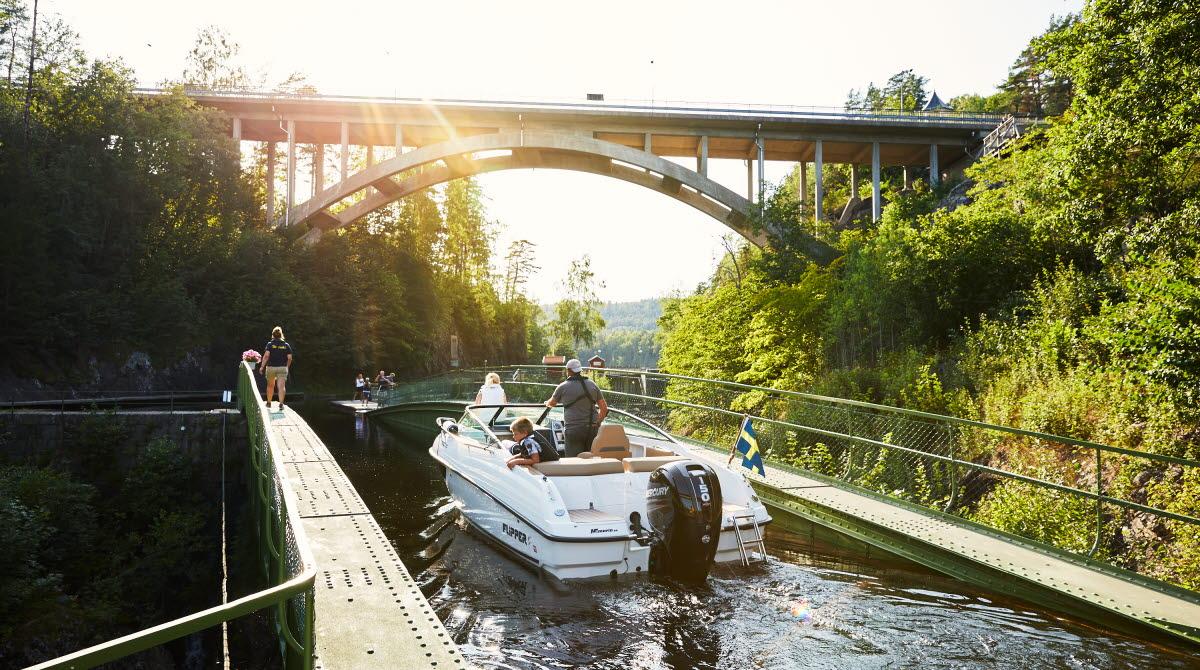 Båt på väg över akvedukten i Håverud.