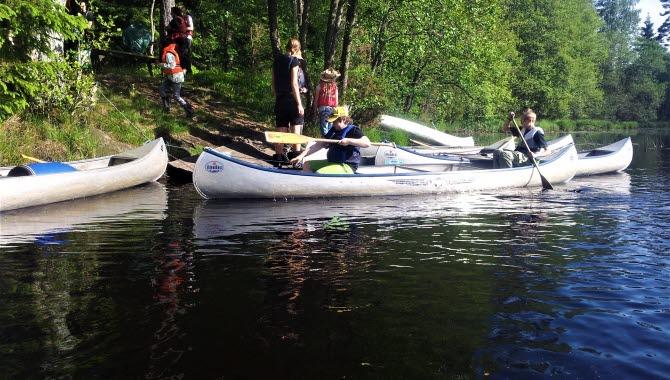 Familj ute på kanotäventyr