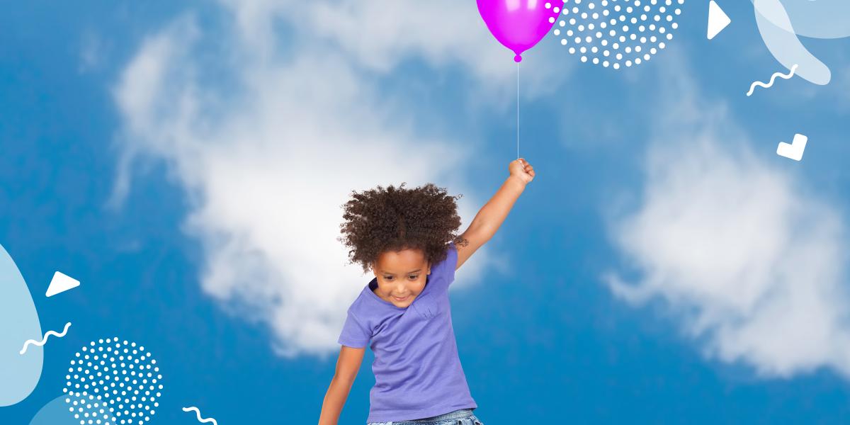 Barn som håller i en ballong