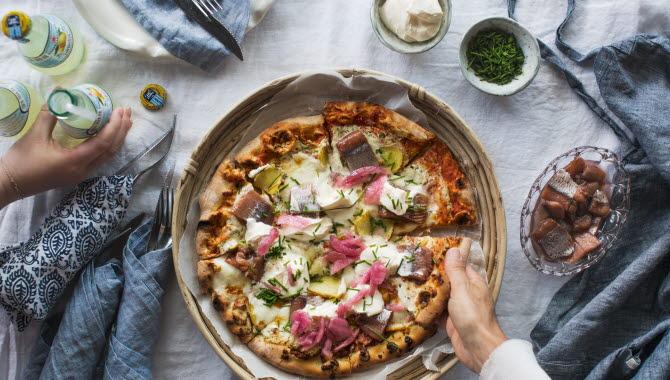Pizza med fyllning från västkusten.