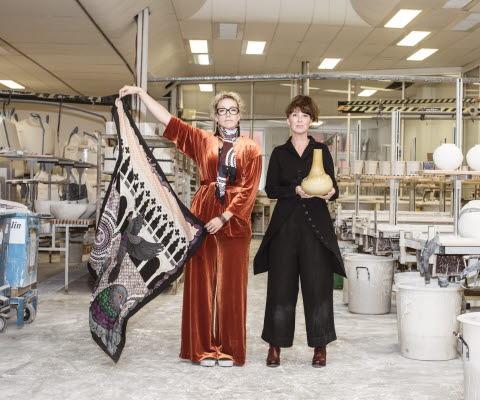 Två designers i Porslinsfabriken i Lidköping