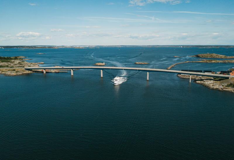 Båt kör under Fotö Bron i Göteborgs skärgård