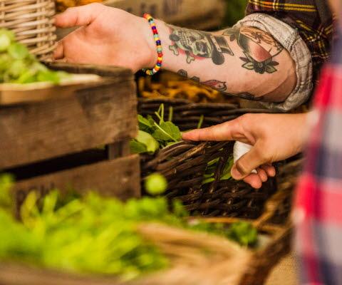 grönsaker i korgar