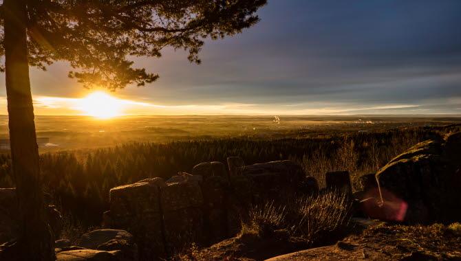 Solen stiger över horisonten vid Ryds Grottor