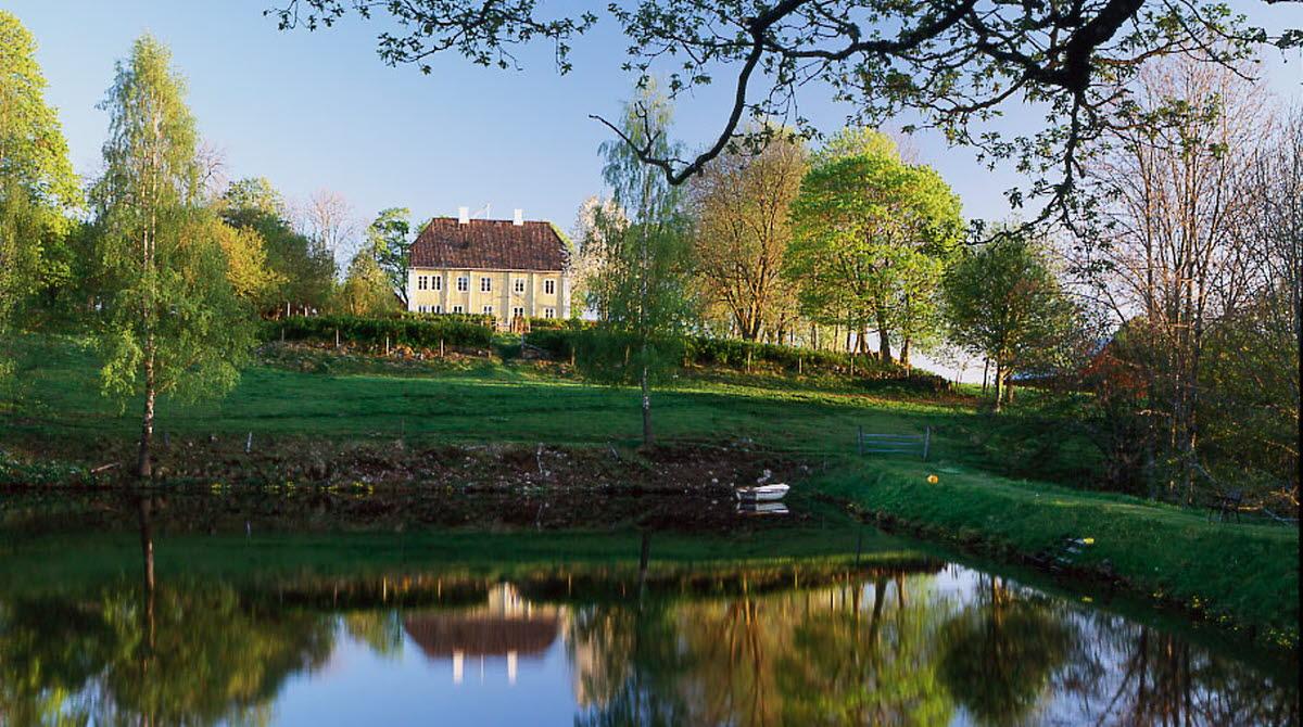 Källebacka Säteri är en gul, vacker träbyggnad i Ulricehamn som än idag är en bostad.